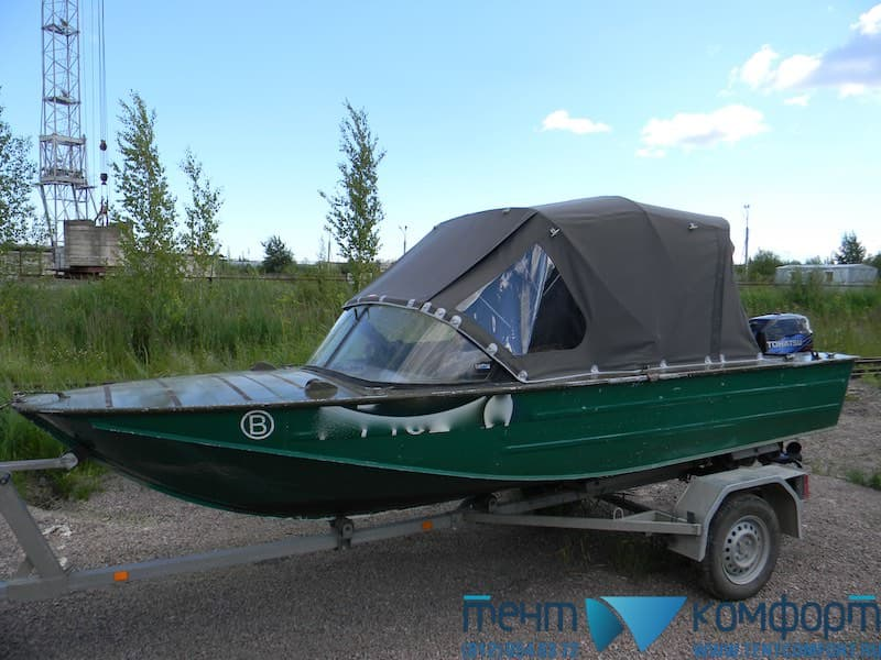 Установленный на лодку тент
