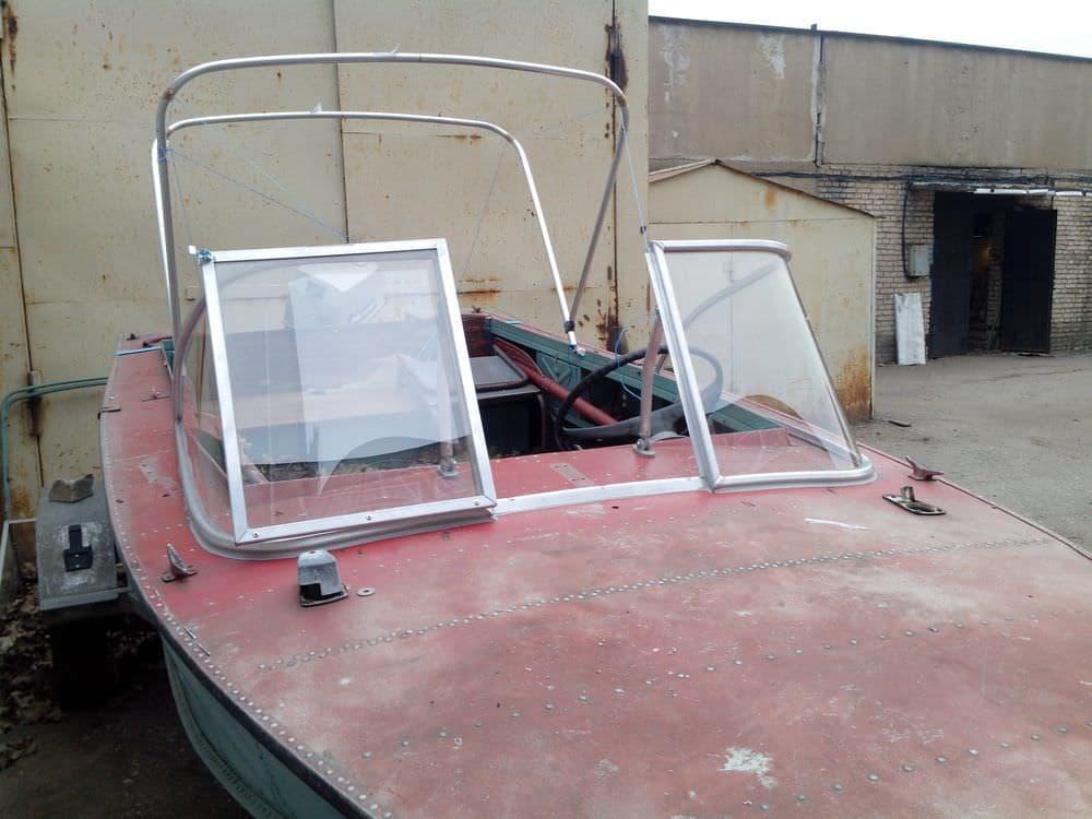 Модернизированное ветровое стекло, с калиткой для выхода на нос, на лодку Днепр