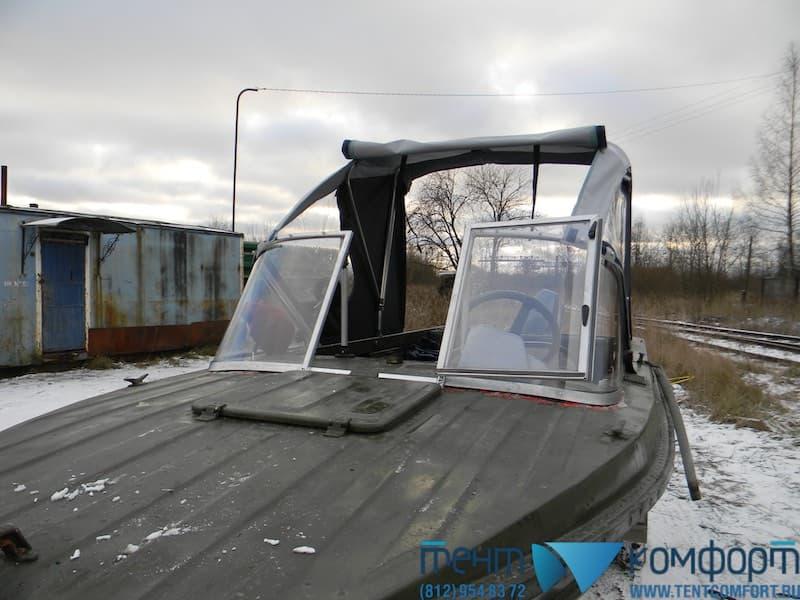 Открытый клапан в крыше лодочного тента для выхода на носовую палубу